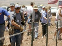 MILITIA AND PATRIOTS FORM 'HUMAN CHAIN' AT BORDER TO STOP ILLEGALS!