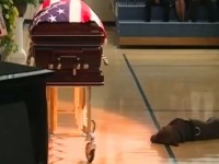 Loyal Dog Refuses To Leave His Fallen Navy SEAL Owner's Side… Heartbreaking Video